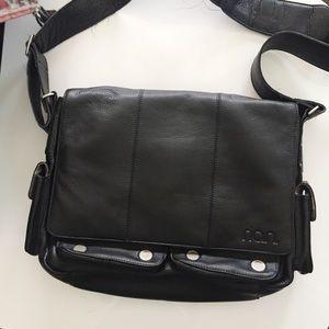 Rían Messenger Crossbody Bag